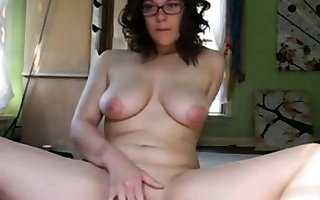 Nerdy hot dame masturbate